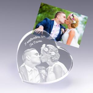 Coeur gravé d'une photo de mariés