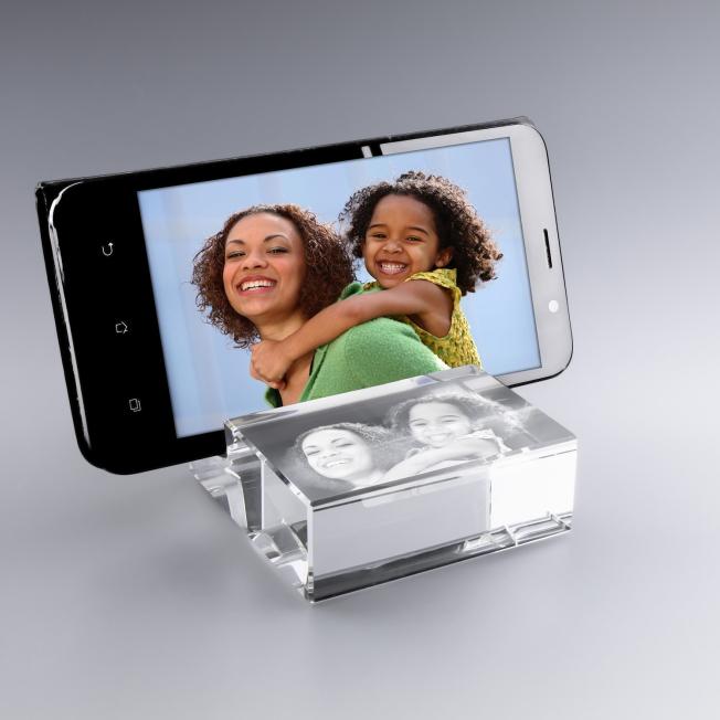 support téléphone en verre avec photo gravée