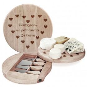 plateau à fromage en bois gravé avec un texte et coeurs