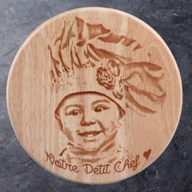 Gravure portrait sur plateau à fromages