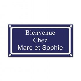 plaque de rue bleue gravée avec prénoms