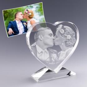 Photo de mariage dans coeur en verre